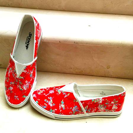 נעליים פרחוניות אדומות